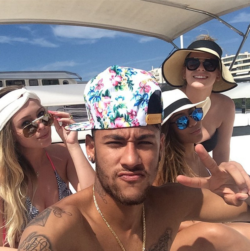 Neymar with his sister and a few of her girlfriends arriving to Ibiza