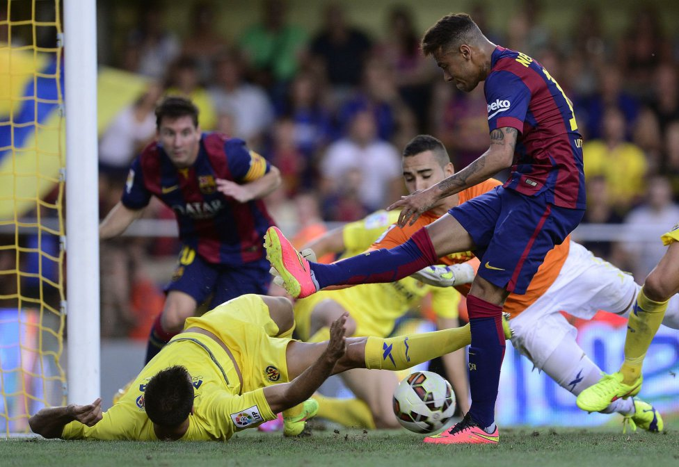 Neymar close to score his first goal in Villarreal vs Barcelona