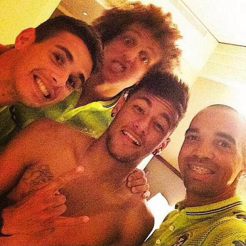 Neymar selfie with Óscar, David Luiz and another Brazilian teammate