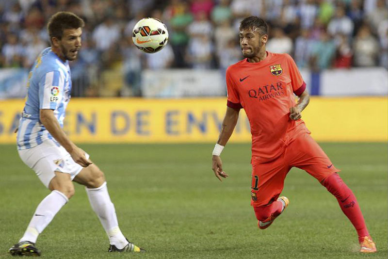 Neymar with his eyes on the ball, in Malaga vs Barça