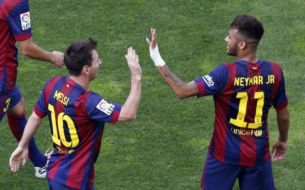 Lionel Messi clapping his hands with Neymar