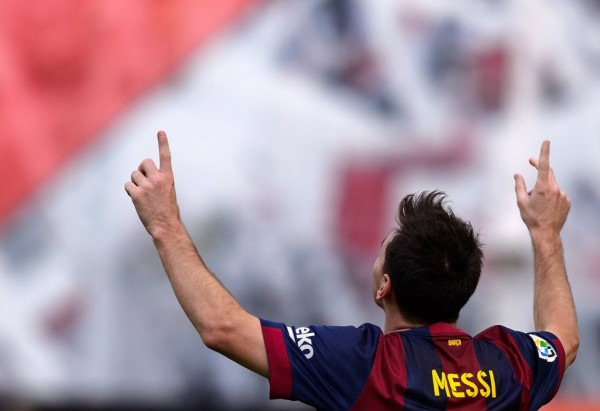 Lionel Messi pointing his fingers to the sky
