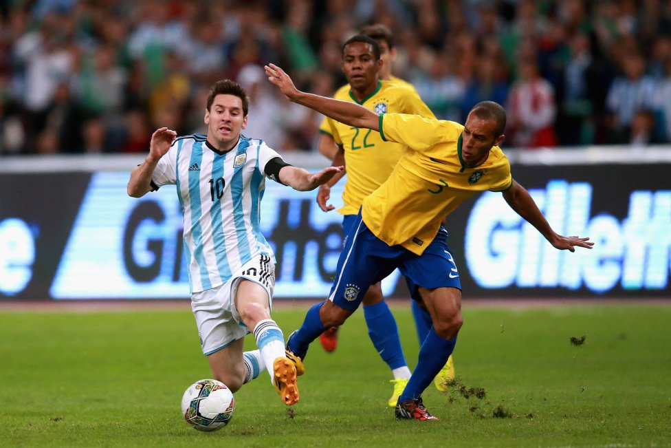 Lionel Messi vs Miranda in Brazil vs Argentina