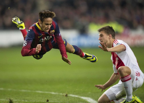 Neymar being fouled in a Barcelona game