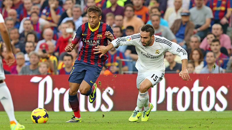 Neymar dribbling Carvajal in a Barça vs Real Madrid