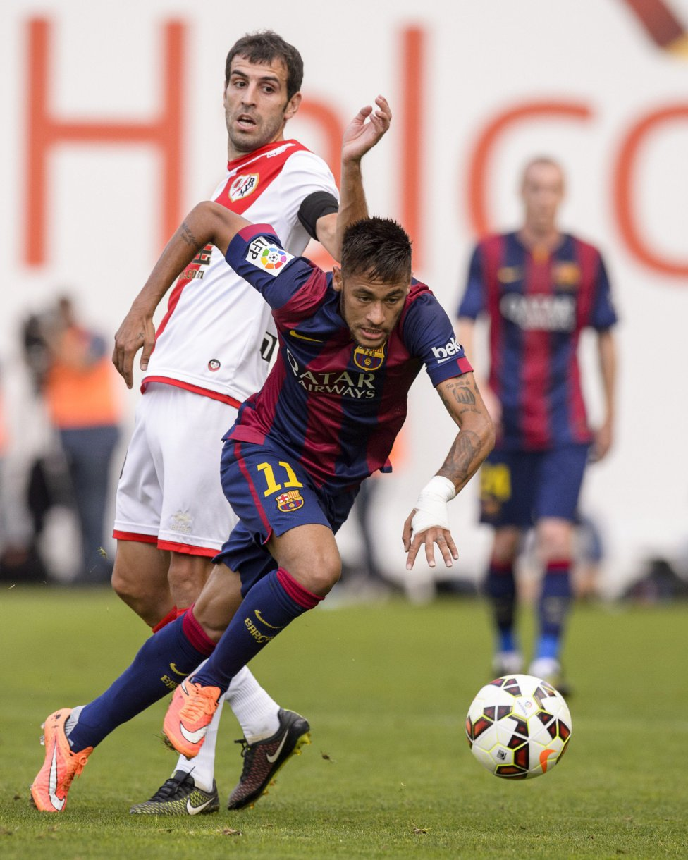 Neymar escaping from a defender in Barcelona vs Rayo Vallecano