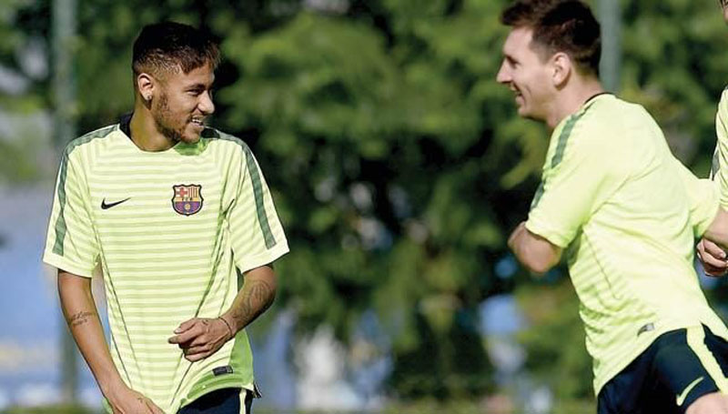 Neymar looking at Messi in training