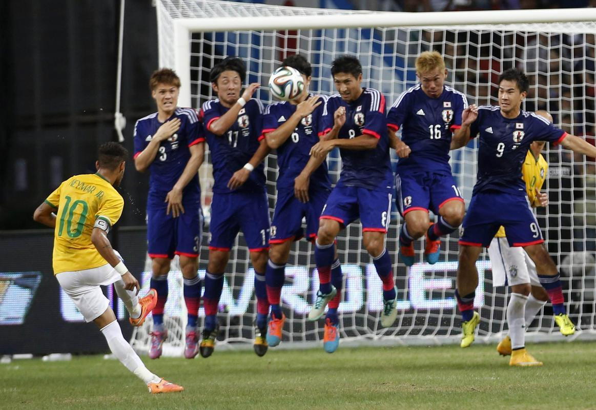 Neymar taking a free-kick in Japan 0-4 Brazil