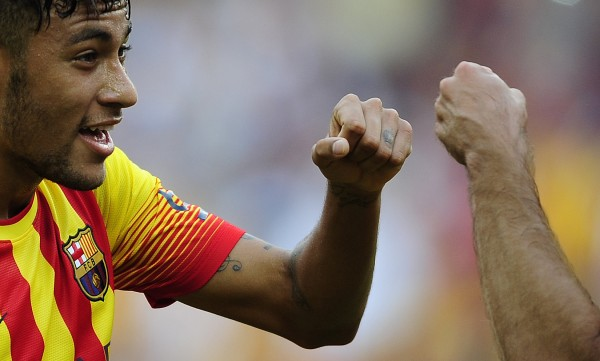 Neymar with his fist closed