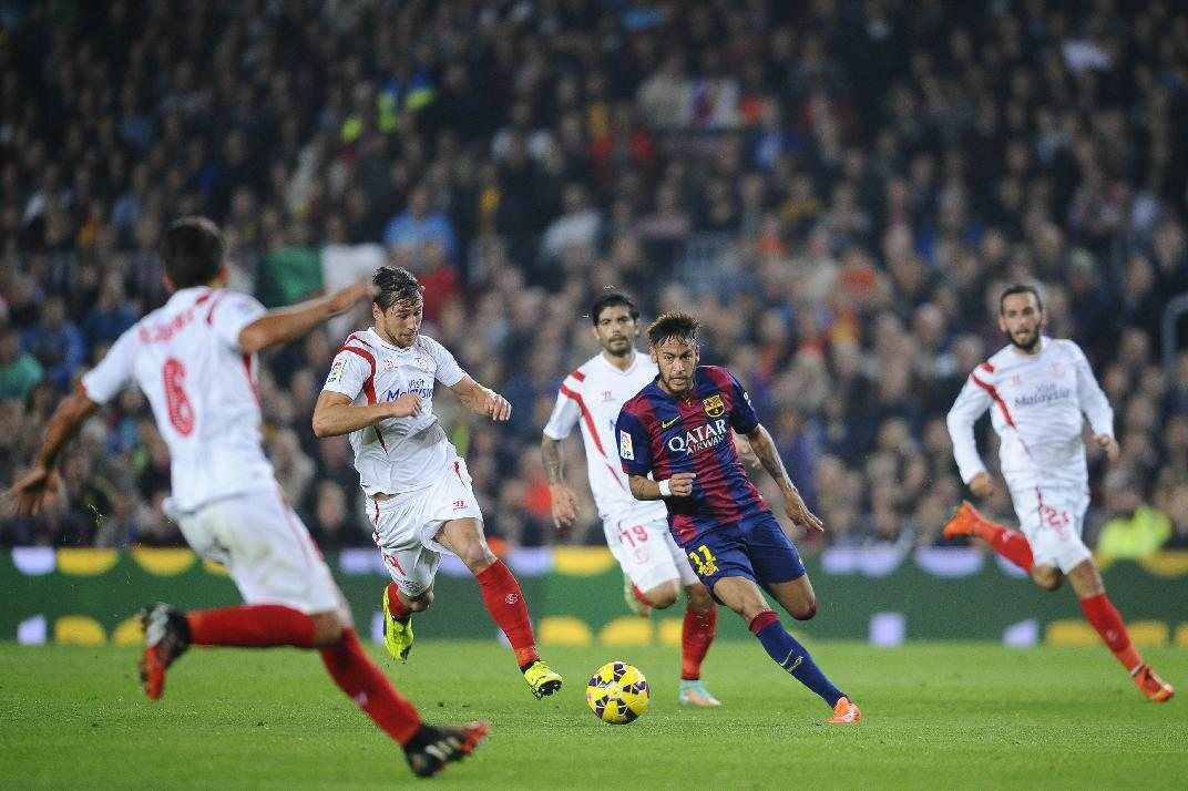 Neymar in an attacking incursion, in Barcelona 5-1 win against Sevilla