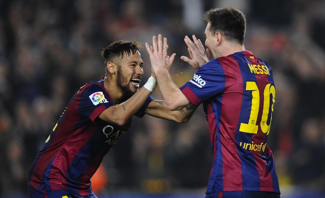 Neymar clapping his hands with Messi
