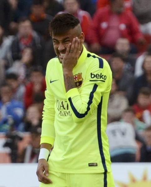 Neymar complaining about feeling pain in his teeth