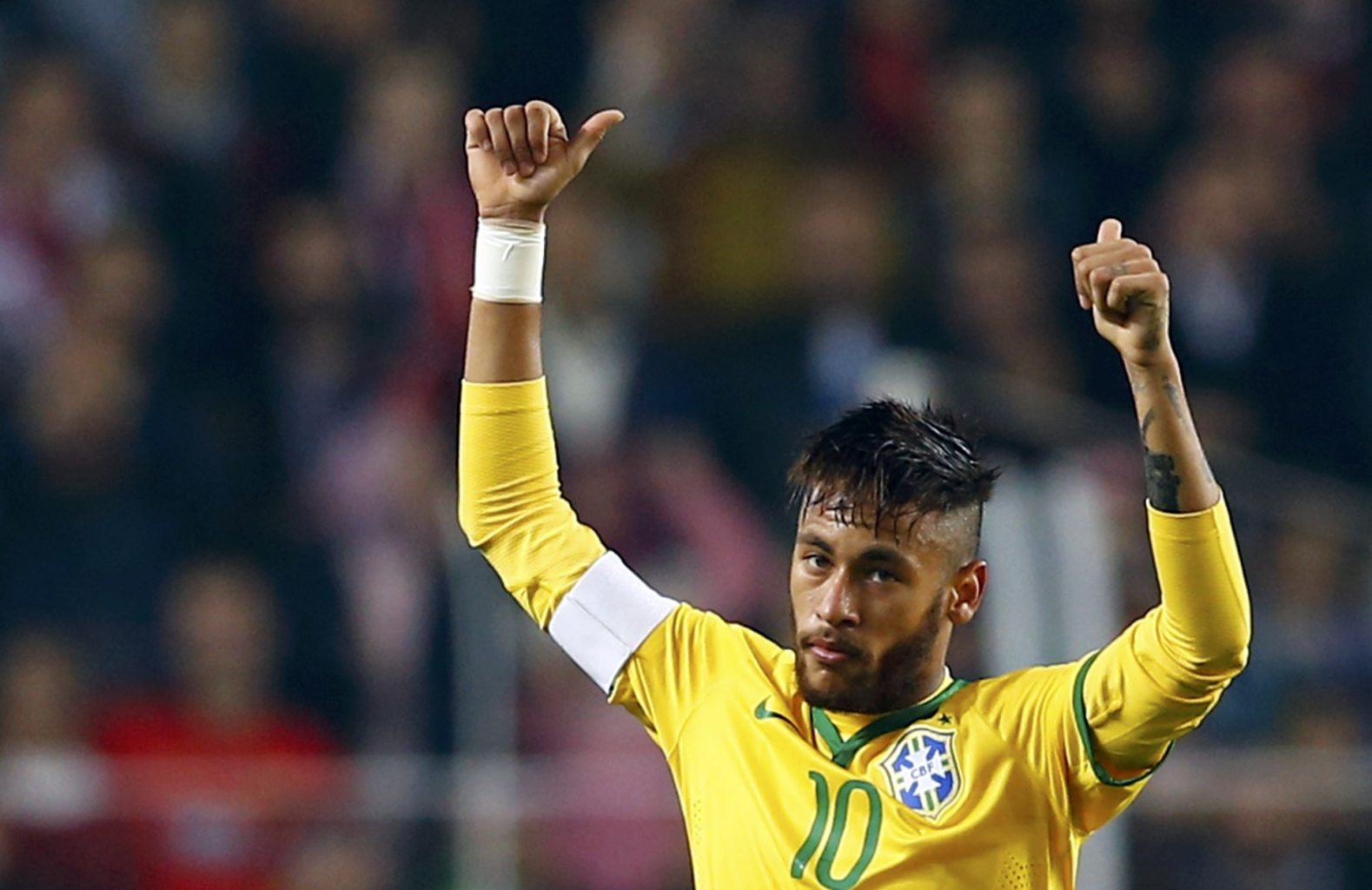 Neymar putting his two thumbs up in a Brazil game
