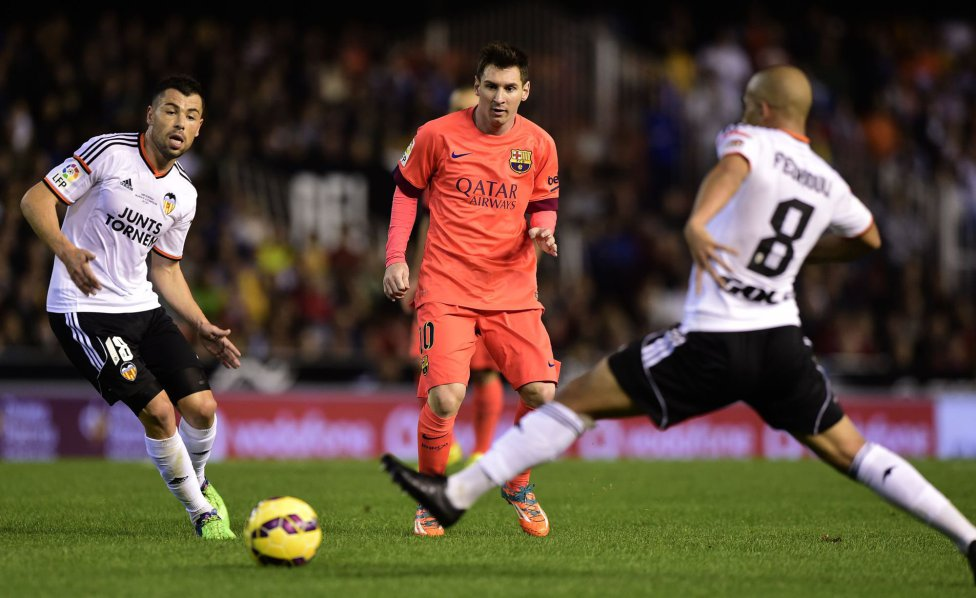 Lionel Messi passing the ball in Valencia 0-1 Barcelona