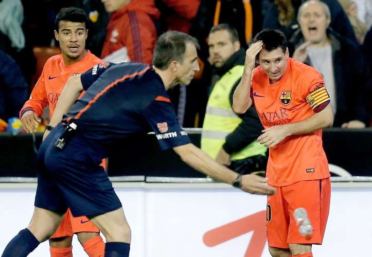 Lionel Messi reaction after being hit by a bottle in the Mestalla