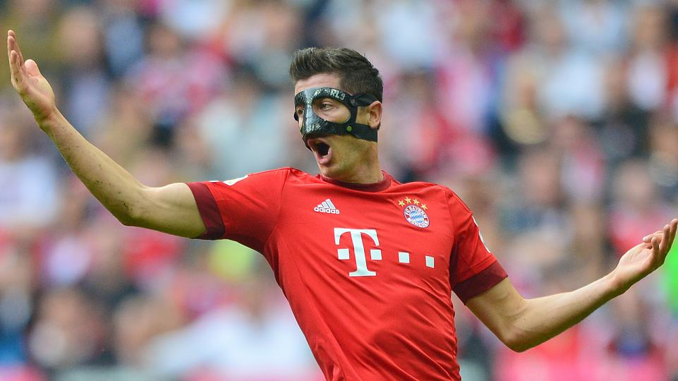 Robert Lewandowski wearing a mask
