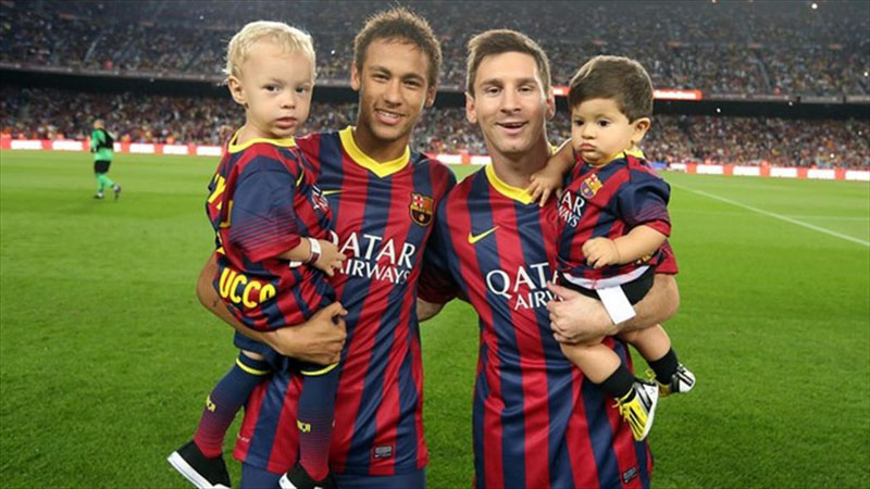Neymar and Messi holding their sons
