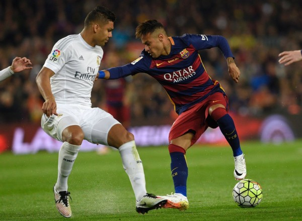 Casemiro guarding Neymar in El Clasico between Barcelona and Real Madrid