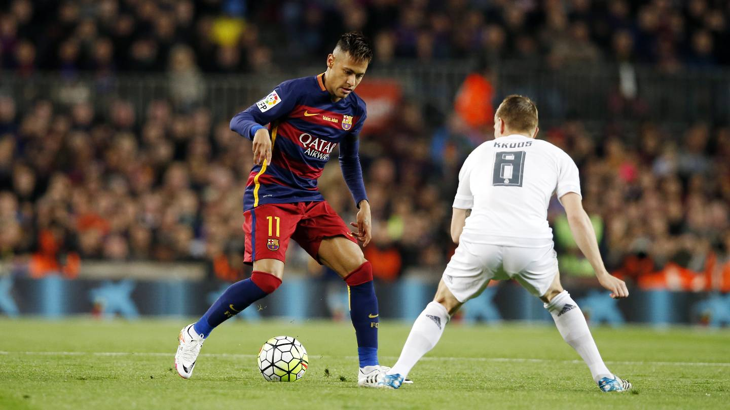 Neymar facing Toni Kroos in Barcelona vs Real Madrid in 2016