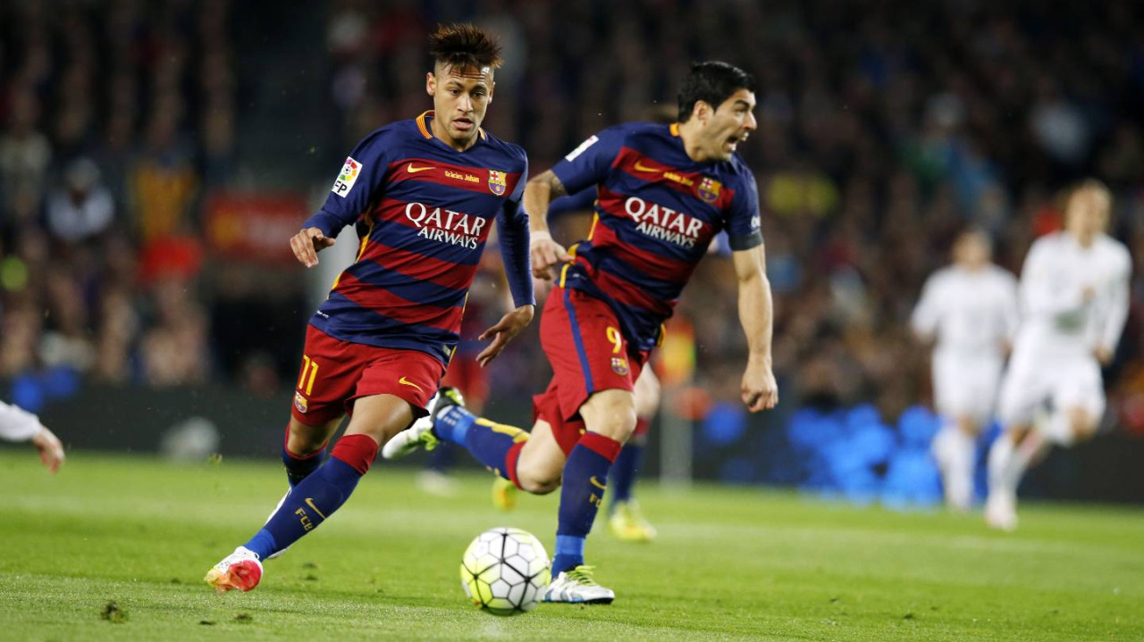 Neymar moving the ball forward in El Clasico