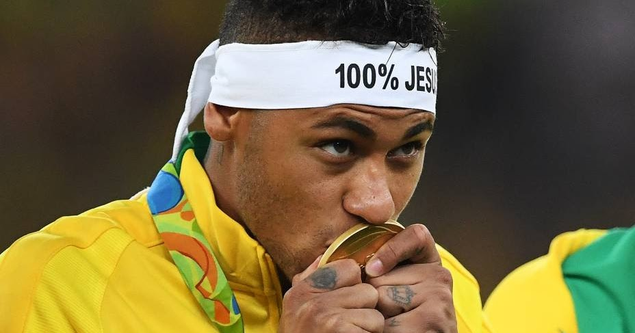 Neymar kissing his gold medal in the 2016 Olympics