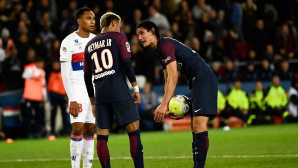 Neymar and Cavani fight for freekick and penalty taker