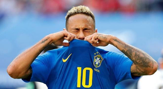 Neymar pulls his shirt up in despair